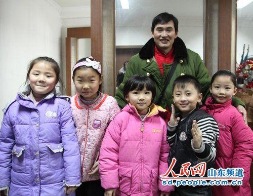 朱之文和孩子们在一起-大衣哥 朱之文通过菏泽市首届农民春晚向人民