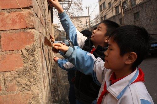 """济南 山东 上新街/上新街小学""""假日雏鹰小队""""清除墙体小广告。"""