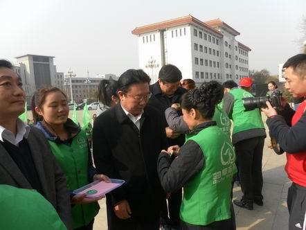 曲阜市/李长胜佩戴志愿者标志牌