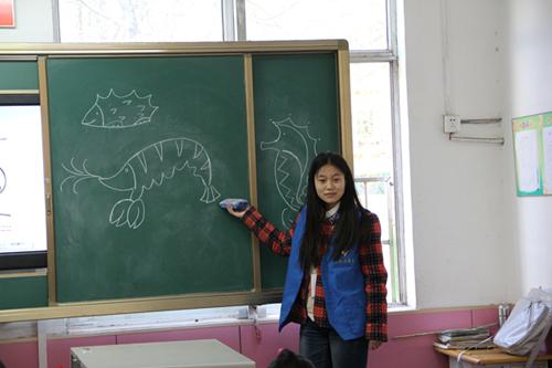 大学生志愿者指导学生画简笔画