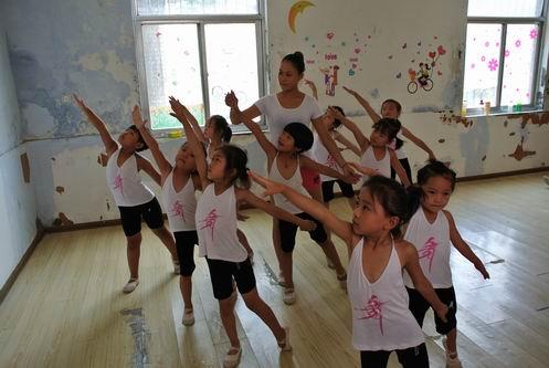 老师在指导孩子们舞蹈动作 497