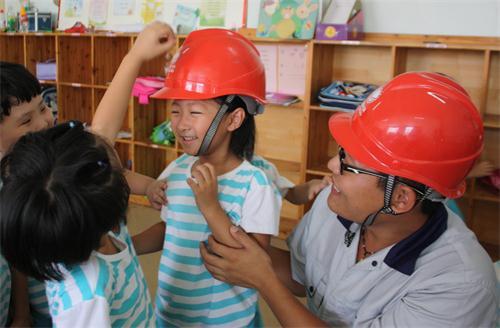 青年志愿者圆孩子们的 电力梦 山东频道