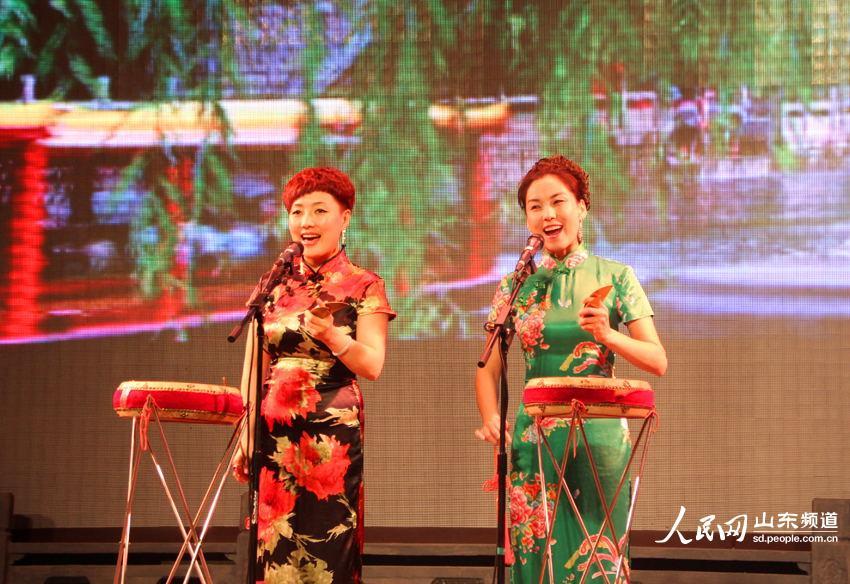 余名记者在明湖居观看了具有山东地域特色的曲艺表演