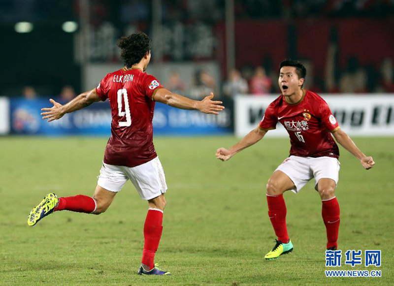 广州恒大队球员埃尔克森(左)与队友黄博文庆祝进球