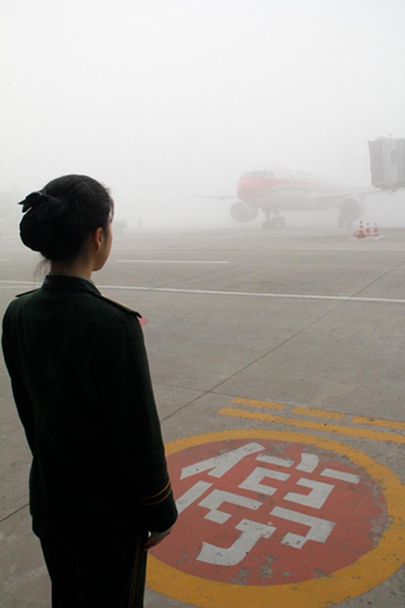 山东青岛:新年首场雾霾致青岛机场航班全部暂停起降
