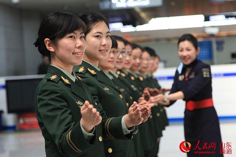 (高清)青岛机场边检年轻女警花国门吐芳华