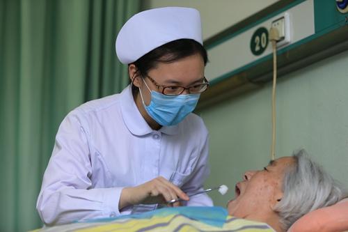 口腔护理18个棉球部位_病人口腔护理