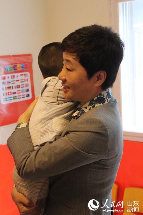 山东省组织部长高晓兵看望孤独症儿童(图)