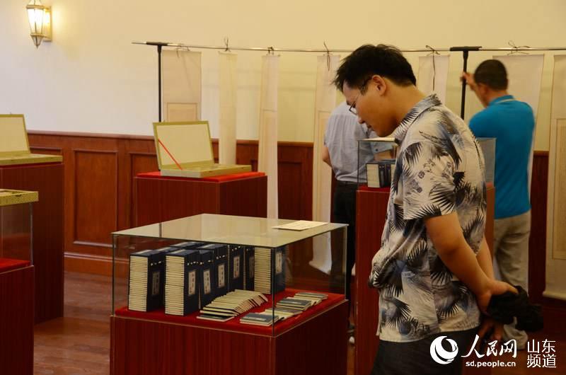 前来参观展览的市民在惊叹刘宗森先生的作品.(摄影:陈心同)