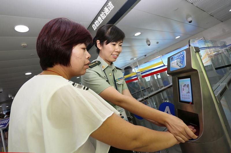 青岛机场边检率先实现中国公民自助通关(组图)【2】