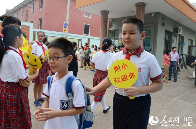 这些前来帮助一年级的新生的志愿者手里还拿着十分温馨的标语指示牌有