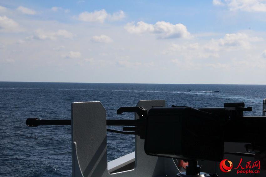 国海军护航编队驱离6艘疑似海盗艇 小艇举起白旗
