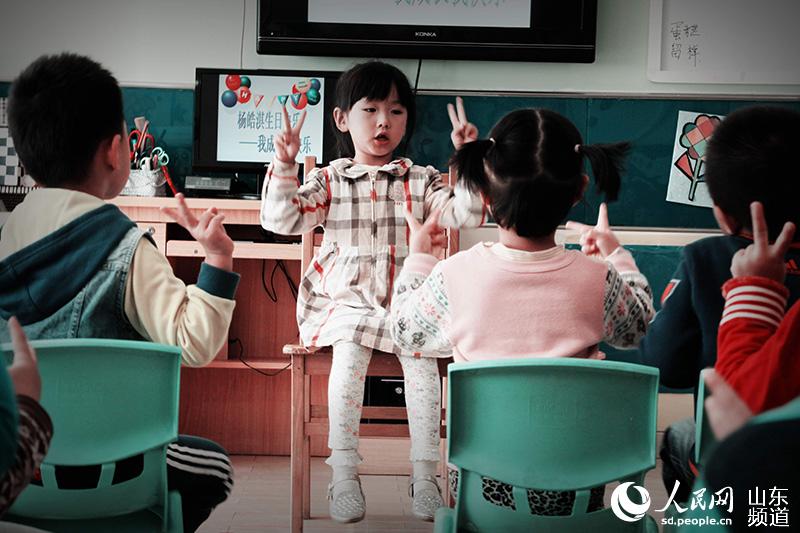 """网络安全小歌谣-""""小寿星""""还被推举为临时老师,带领大家唱儿歌. 人民网济南10月"""
