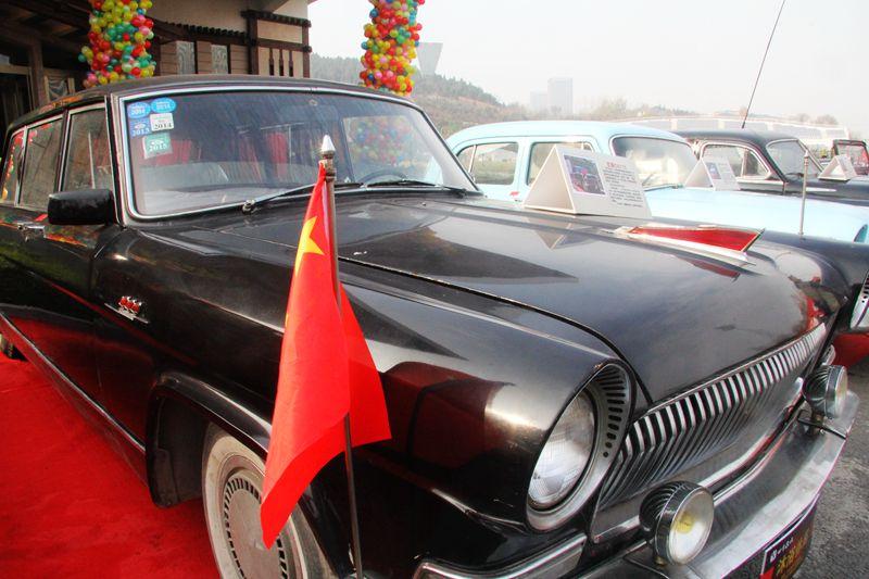 中国老红旗轿车-多款百年老爷车亮相济南 市民大饱眼福高清图片