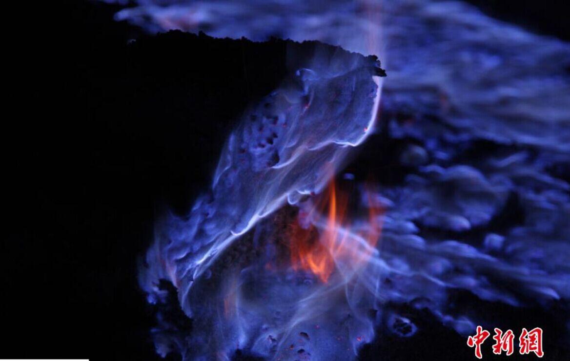 2015年3月18日报道(具体拍摄时间不详),火红翻滚的岩浆被认为是地球的血液,但就像动物有静、动脉一样,地球上也存在着蓝色的岩浆。来自德国的业余摄影师Martin Rietze在印尼东部的卡瓦伊真火山就拍摄到了这罕见的一幕,大量蓝色岩浆流出地面,宛如地狱之火,冷艳而神秘。印尼火山喷发蓝色岩浆 如科幻大片场景