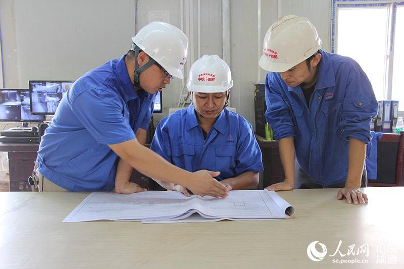 褚晓宏(中)带领预算人员v预算图纸优化技术方案木工图纸图片