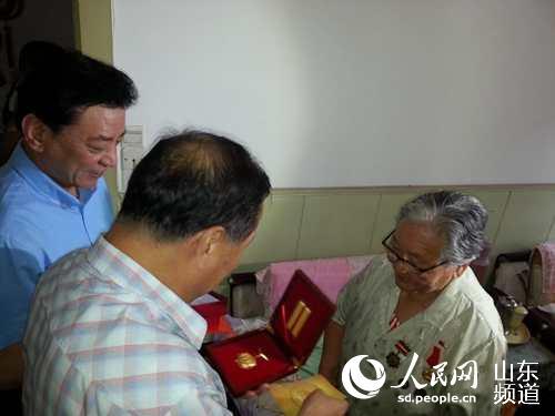 青岛市民政局组织为抗战老兵发放一次性v老兵补女生吗学h5图片
