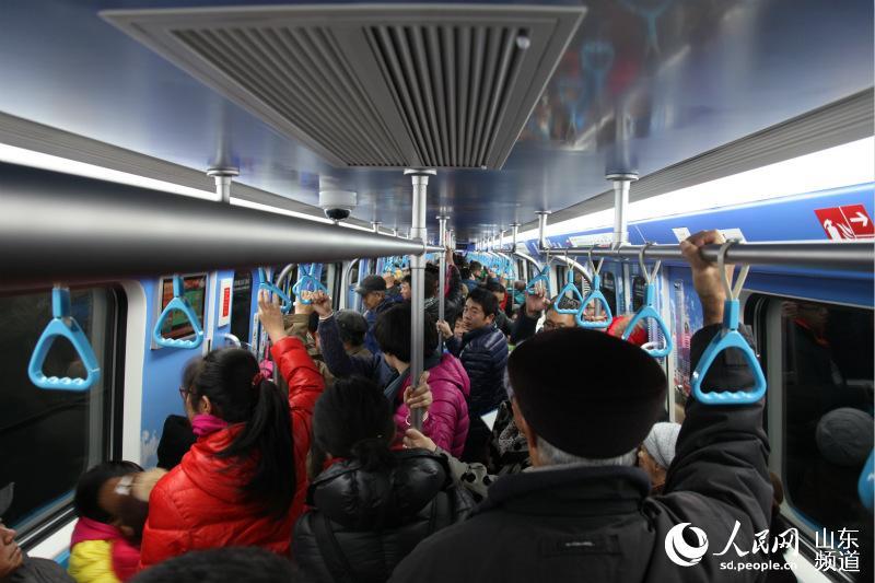"""青岛地铁开通首个周末市民为""""尝鲜""""挤爆车厢(组图)"""