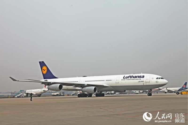 客机a340-300大型宽体客机平稳降落在青岛国际机场