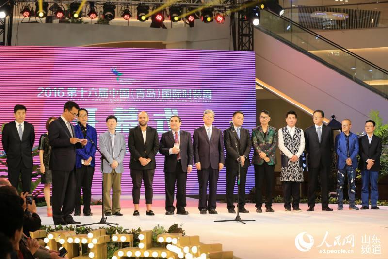 5月11日上午10点,2016第十六届中国(青岛)国际时装周在青岛金狮广场