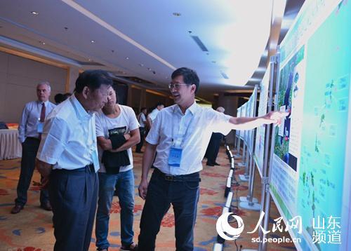 会议期间,与会人员探讨渤海湾海底隧道建设情况。