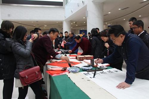 青岛崂山风景区邀书法家现场写春联赠游客