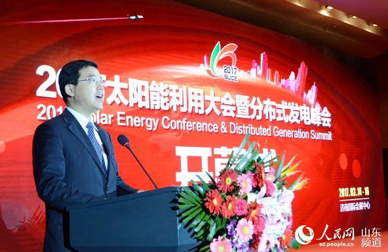 """太阳能展作为济南市重点打造的具有大国际影响力的展会之一,影响不断扩大。济南市副市长张海波表示,本届太阳能展紧密结合国家发布的《太阳能发展""""十三五""""规划》,能够提升济南市太阳能产业的贡献能力、发展规模、载体建设和信息化水平,形成新的经济增长点。(摄影:胡洪林)"""