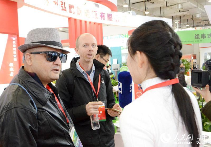 图为参加此次大会的境外机构代表接受采访。(摄影:胡洪林)