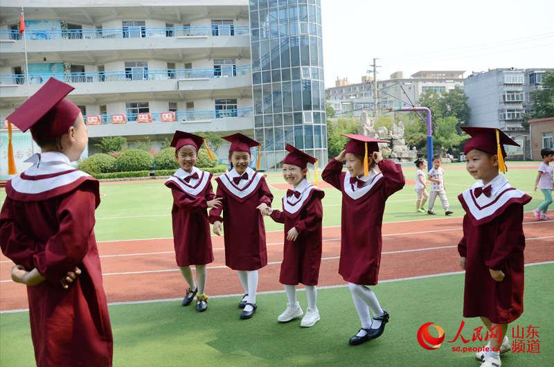 严肃点!今天是毕业日。(摄影:刘祺)   人民网济南6月21日电(刘祺)六月毕业季,不仅属于大学毕业生,也属于幼儿园大班的小朋友们。6月21日,济南市汇泉小学附设幼儿园组织即将毕业的孩子们拍摄毕业照。孩子们在操场上摆出各种创意新颖的图案造型,用相机留住他们人生的第一张毕业照。照片上幼儿园小朋友萌萌哒,第一次品尝毕业滋味的小朋友们从这一天开始知道,毕业不仅意味着与一段美好生活离别,也代表着小学生活的即将开始。