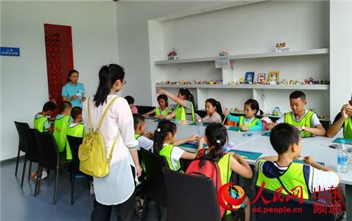 """这个暑假,山东寿光小学生刘斌在平度""""蓝树谷""""研学旅行一天,快乐地尝试"""