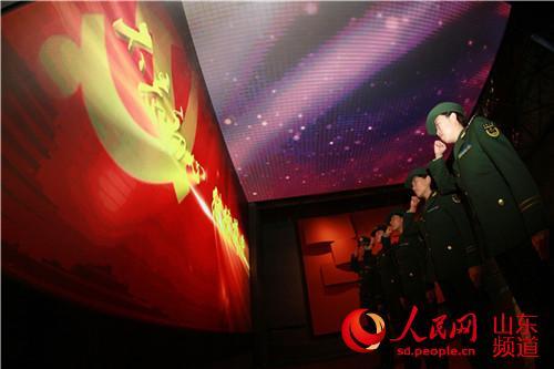 刘公岛边防派出所通过集体收听收看电视直播,座谈交流,宣讲辅导,读报