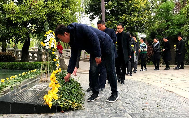 清明节:弹孔墙前忆当年 万朵鲜花寄英烈