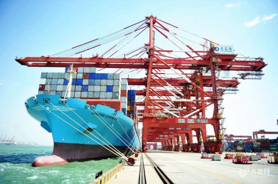 青岛港货轮进出不断 货物装卸繁忙依旧