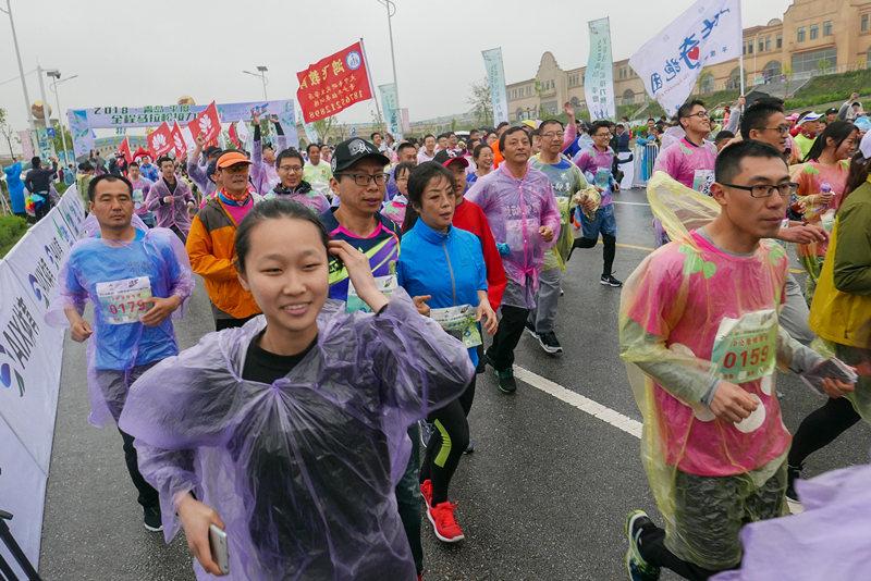 山东省内首创 2018青岛·平度全程马拉松赛雨中开跑
