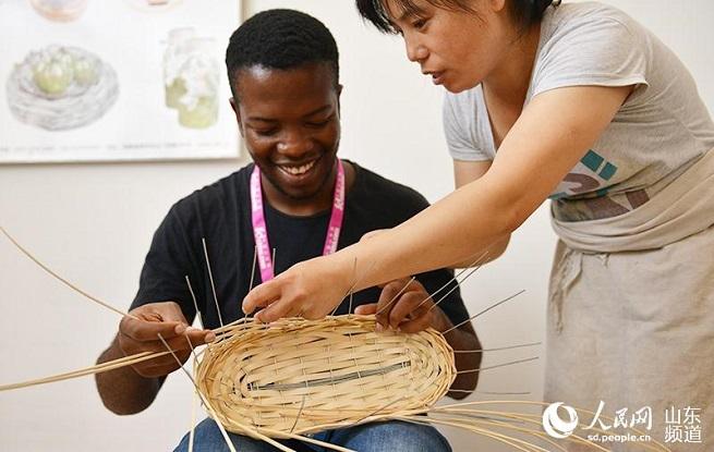 """百名留学生临沂体验中国传统文化 高声点赞""""SO GOOD"""""""