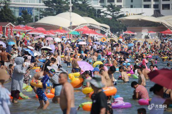 青岛持续高温 海水浴场人山人海
