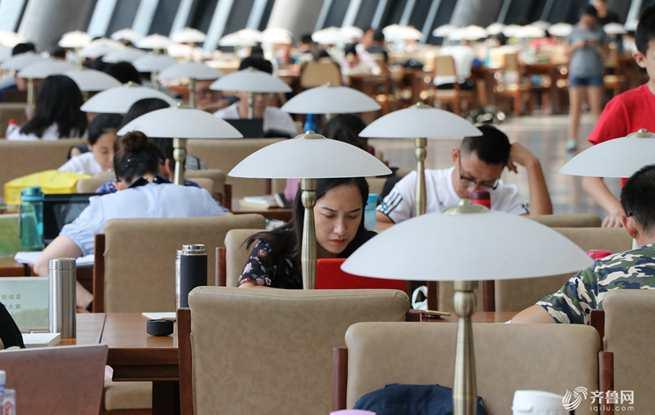 """假日休闲书海""""充电"""" 图书馆成消暑新去处"""