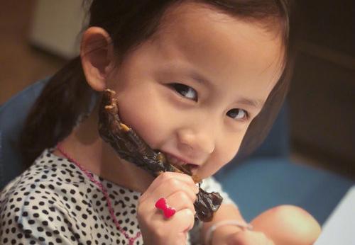 孙莉晒小女儿照片 多妹啃鸡爪超专心
