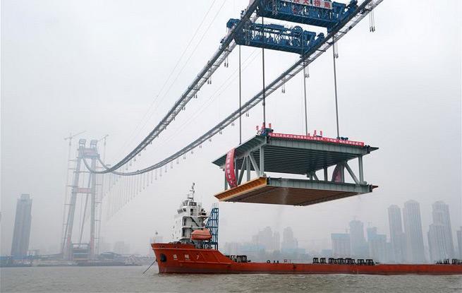 世界最大跨度双层悬索桥启动钢梁架设