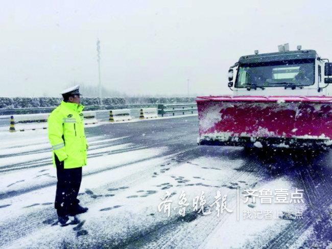 雪后青岛多条高速封闭,胶州湾隧道正常通车