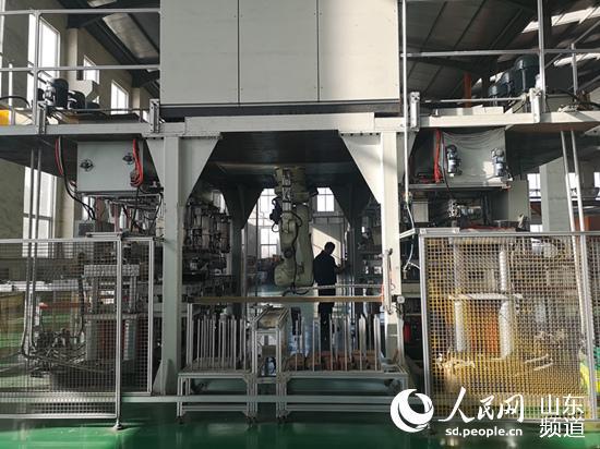 青岛方冠摩擦材料有限公司生产车间。(摄影 刘颖婕)