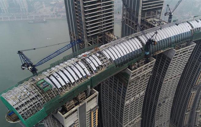 """重庆来福士广场""""空中连廊""""幕墙工程合拢"""