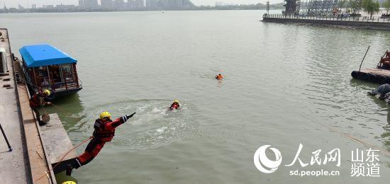 """聊城市消防支队水域救援队 古城景区的""""守护人""""--山东"""