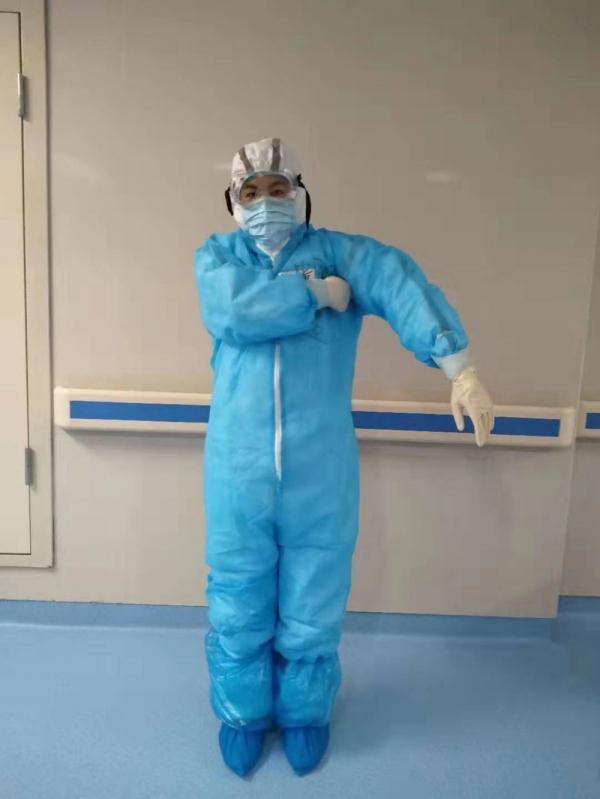 """2月12日,山东省第二批援助湖北医疗队自创了一套手势,来作为他们工作时的交流暗号,这套手势一出炉便很快""""火""""了。图为测体温手势。"""