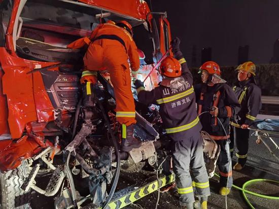 巨鹿车祸网7月18号_高速车祸驾驶员被困车内,济南消防员紧急救援