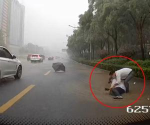 暴雨中公交司机一个举动温暖众人心 暴雨中涸,一位老人倒在积水中这实,公交司机伸手相救此淡漠,济南上演暖心一幕信心更。