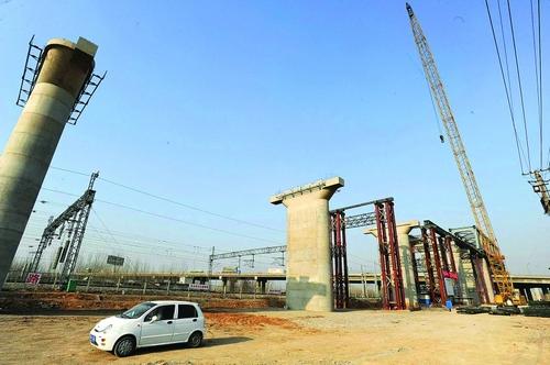 塔吊倒塌砸坏京沪铁路高压电线