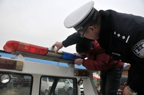 向非法安装警灯警报器违法行为发起凌厉攻势,近日,大队民警在郯马路