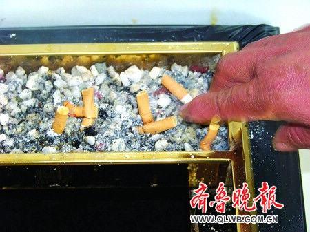 医院电梯间的垃圾桶堆满烟头