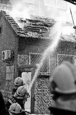 消防队员赶来灭火